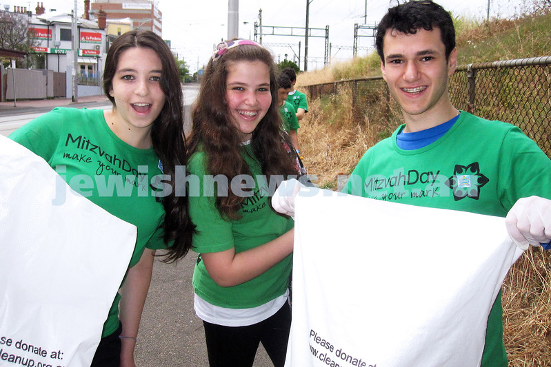 Mitzvah Day 2012. Volunteers from JNF and AUJS clean up at Caulfield Station.