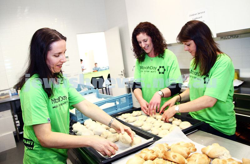 17-11-13. Mitzvah Day 2013. Challah baking at Central Shul, Melbourne. Photo: Peter Haskin