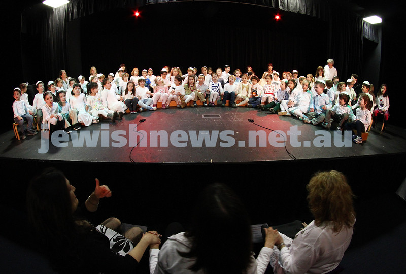 31-8-12. Victorian Govenor General, Alex Chernov visits Bialik College, Melbourne. Primary school kabbalat shabbat. Photo: Peter Haskin