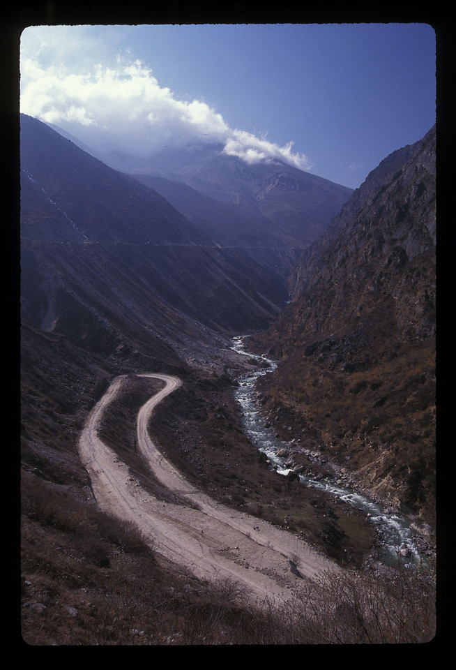 Switchbacks on the road from Nepal to Nyalam.