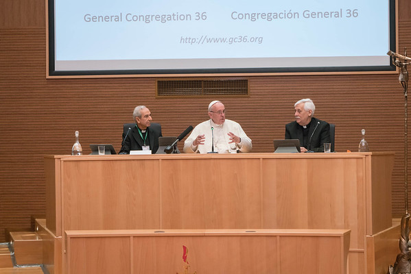 GC36_Pope Frances visits Aula with all the delegates, and posing with Pope Francis are Superior General Arturo Sosa, and Orlando Torres. Photos by Don Doll, SJ  and Itua Egbor, SJ