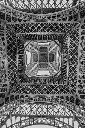 B&W-C-HM-Dave Powers-Under The Eiffel