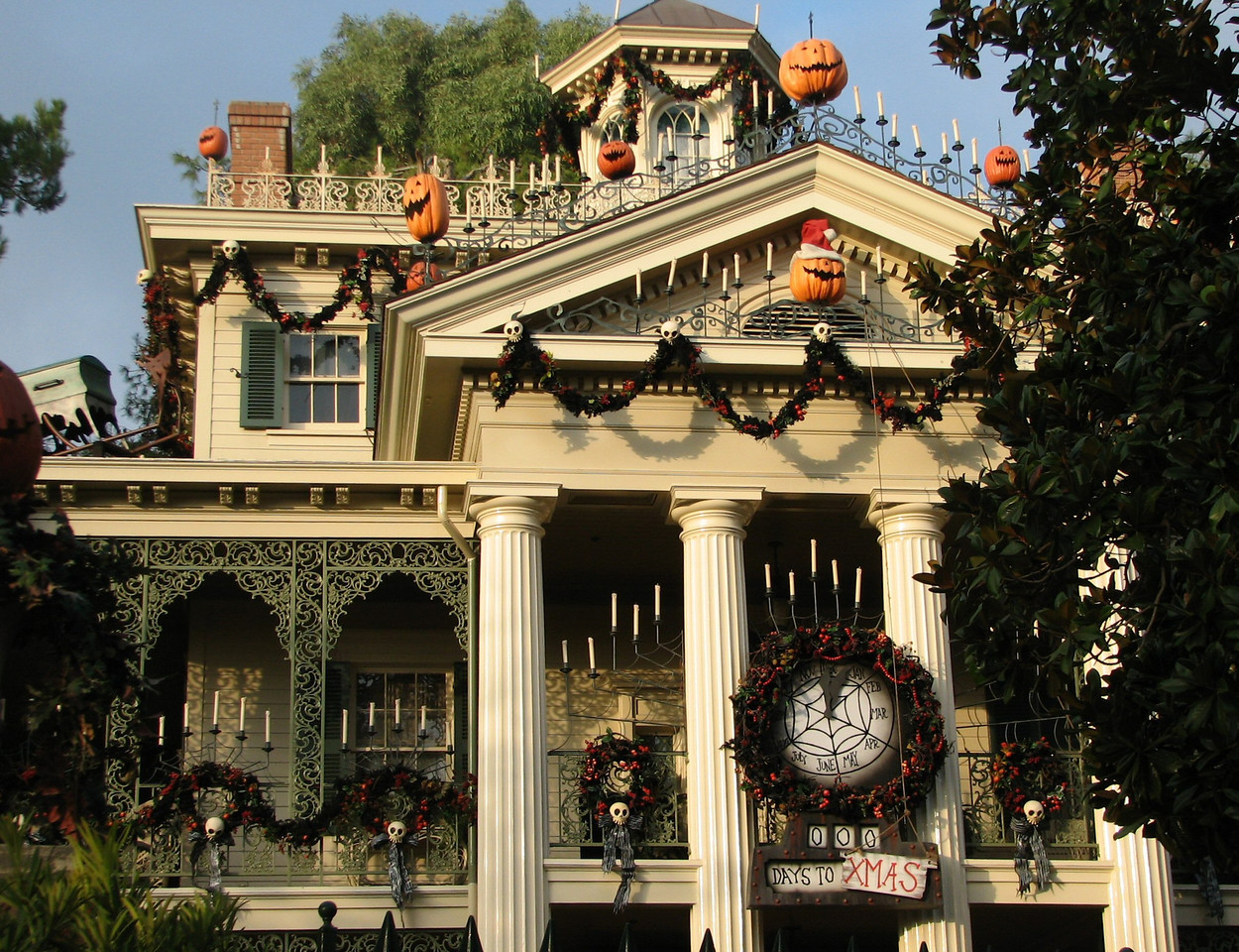Haunted House decorated for Halloween.<br /> <br /> La Casa Encantada, decorada por el dia de las Brujas.