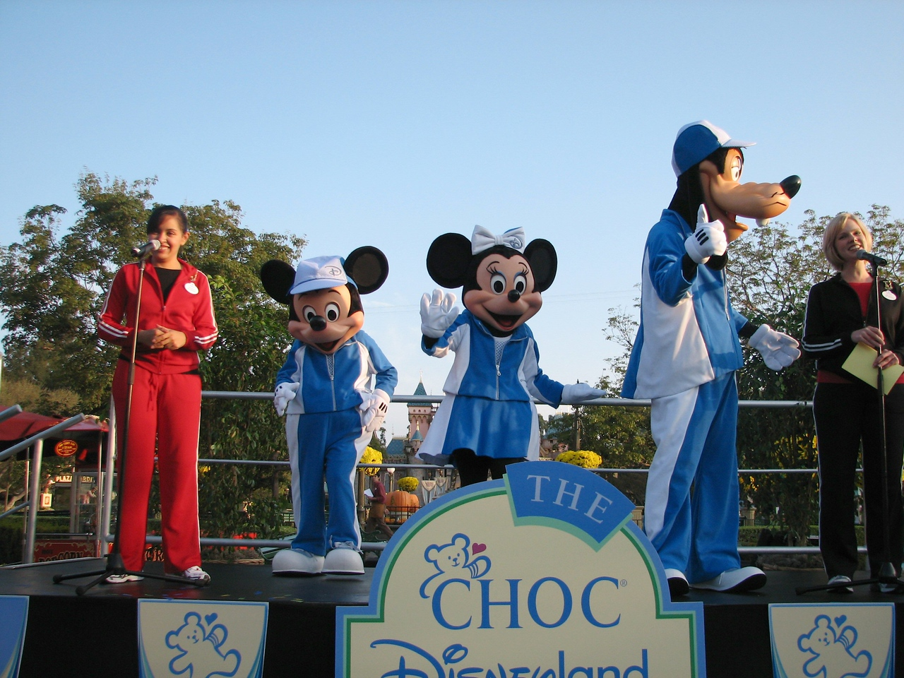 Mickey, Minie and Goofie MC for the event.<br /> <br /> Mickey, Minie y Goofie amenizan el evento.