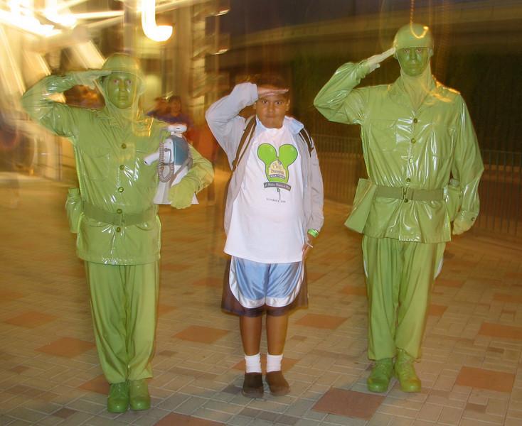 Am I dreaming? Who are these soldiers???<br /> <br /> En un sue~o con dos soldados...