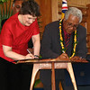 30th Anniversary Celebrations of Niuean Self-Government - former New Zealand Prime Minister Helen Clark and Niue Premier Young Viven signing a Memorandum of Agreement. Credit: New Zealand Ministry of Foreign Affairs and Trade