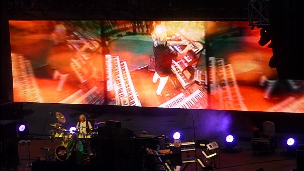 Yes.  Nice shot of video screen and Geoff Downes.