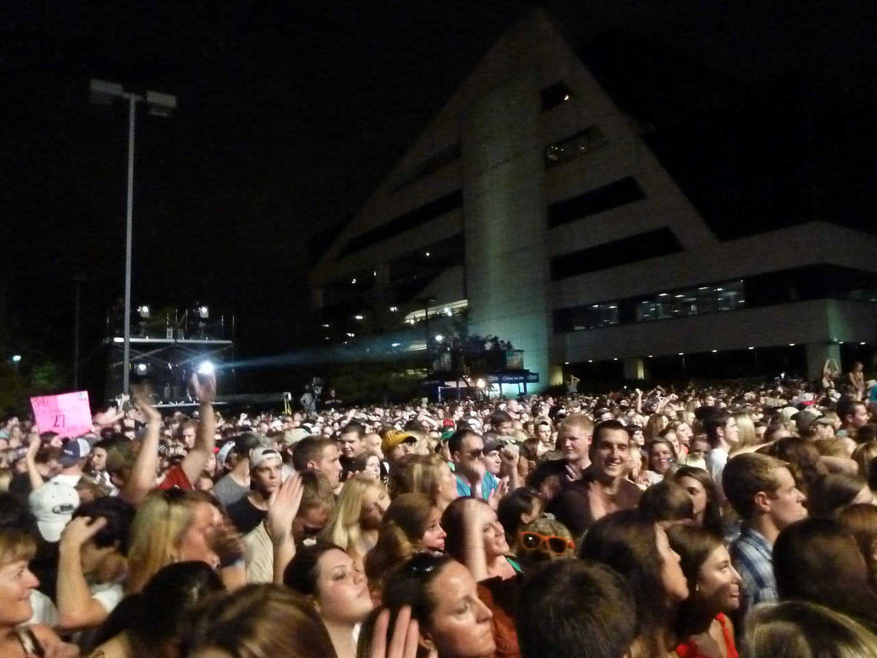 10,000+ fans showed up at the BMI Back Lot to see Jake....