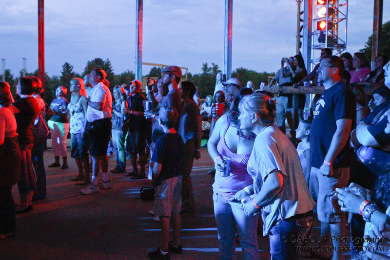 crowd enjoys the Thriving Ivory concert at Val Du Lakes