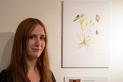 Vanessa González Ortiz junto a su ilustración de Drosophyllum lusitanicum