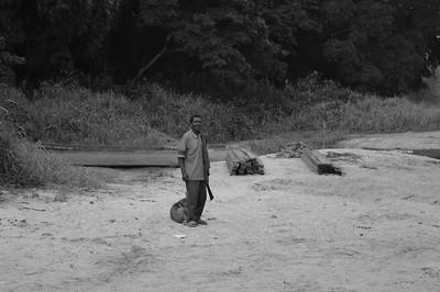 Homme au bord d'une rivière