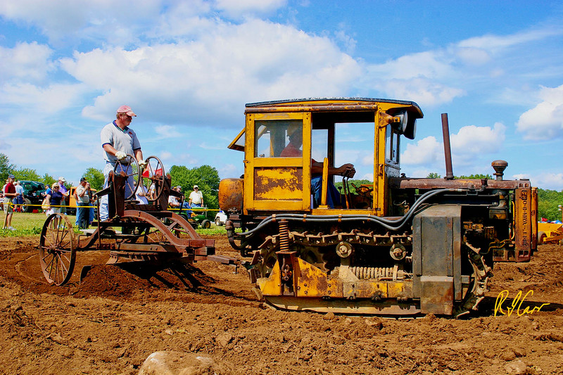 Caterpillar RD4 tracked tractor tows a pull grader. Historical Construction Equipment Association 2007 National Convention and Old Equipment Exposition, Zagray Farm Museum, Colchester, CT, July 21, 2007. Photo by Rob Carr