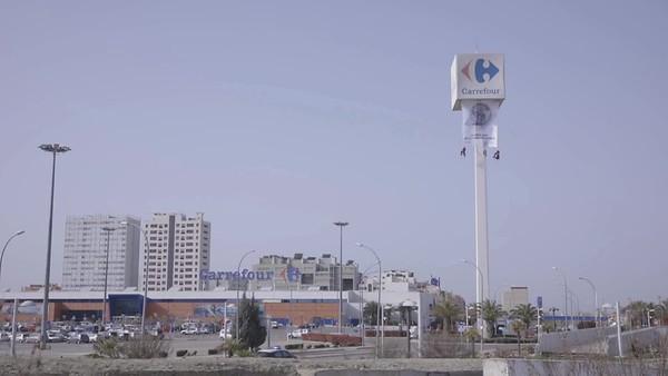 Brutos para medios, ¡ACCIÓN en vivo! Pancarta en Carrefour para denunciar el sobreenvasado de plásticos