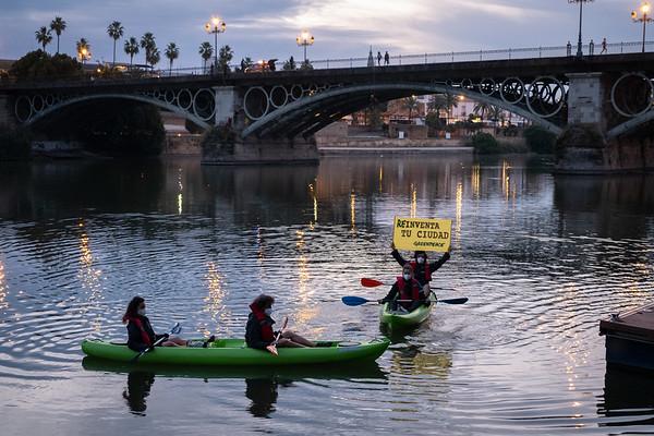 ¡ACCIÓN! ¡EN VIVO! 30 metros de pancarta de lunares y dos kayaks reclaman YA el Plan Respira de Sevilla