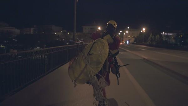 Activistas del voluntariado de Greenpeace despliegan una pancarta de 30 metros en el puente de Triana, Sevilla (Brutos para medios)