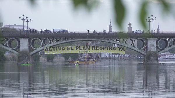 Activistas del voluntariado de Greenpeace despliegan una pancarta de 30 metros en el puente de Triana, Sevilla (Vídeo editado)
