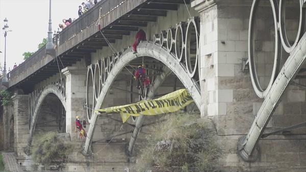 Activistas del voluntariado de Greenpeace despliegan una pancarta de 30 metros en el puente de Triana, Sevilla (Brutos para medios 2)