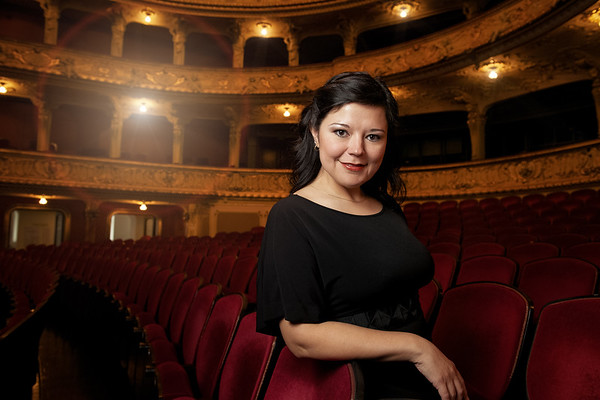 Photo shoot with Rosa María Hernández en el foyer de la Opernhaus de Zurich