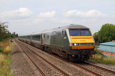 82302 tnt 68013 on the 1H17 Birmingham Moor Street to London Marylebone at Northolt Park on the 26th August 2017