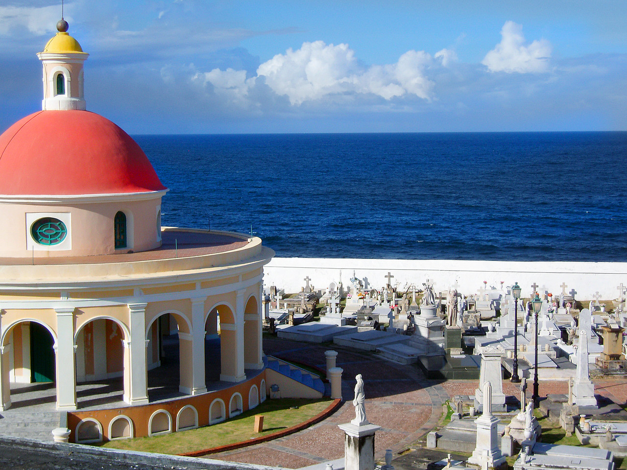 Cementerio de San Juan, located between El Morrow and the rocky cliffs above the Atlantic.
