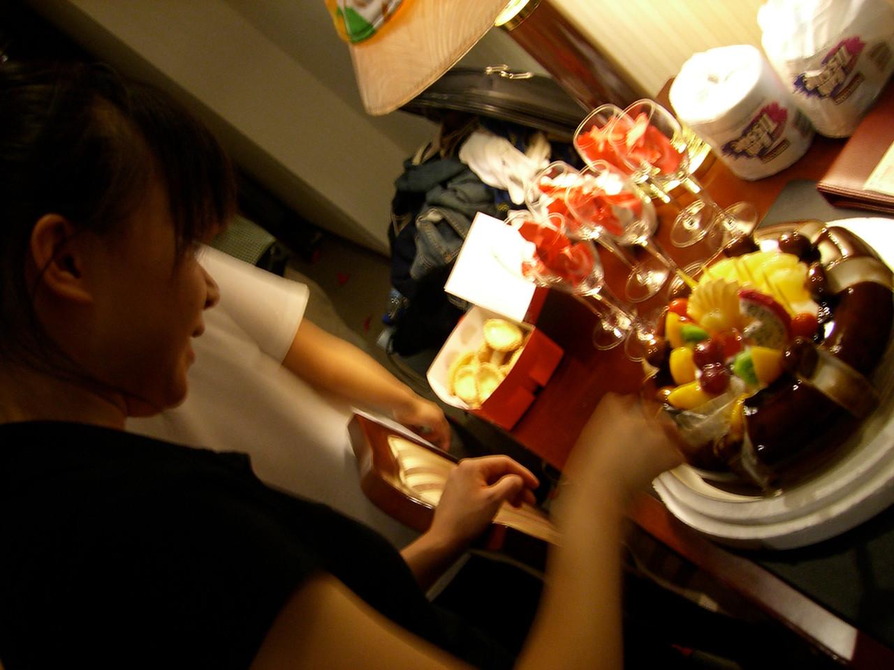 2006 07 15 Sat - Alice Tung's surprise b-day cake 3