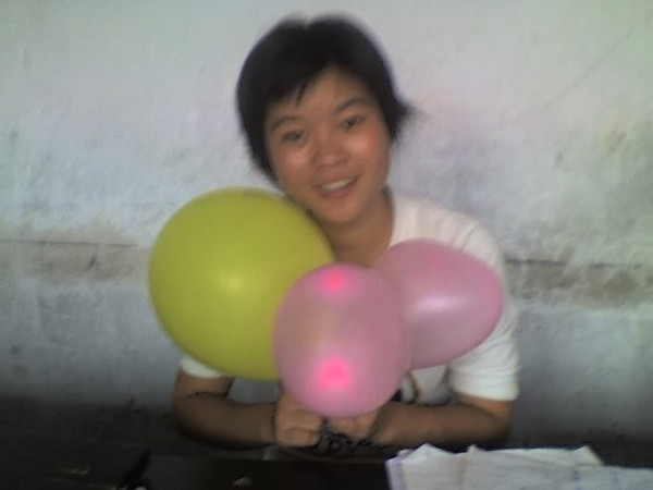 2006 08 08 Tue - Last class hangout - Elena & balloons 1