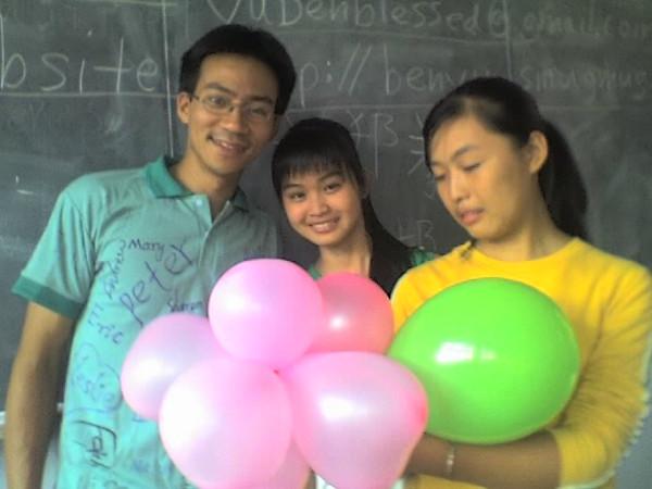 2006 08 08 Tue - Last class hangout - Ben Yu, Sharon, Julie, & balloons