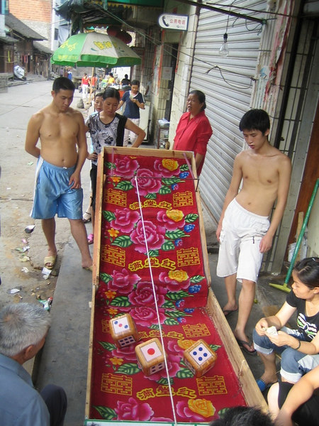 2006 07 30 Sun - Gambling in the streets of Jian He 1