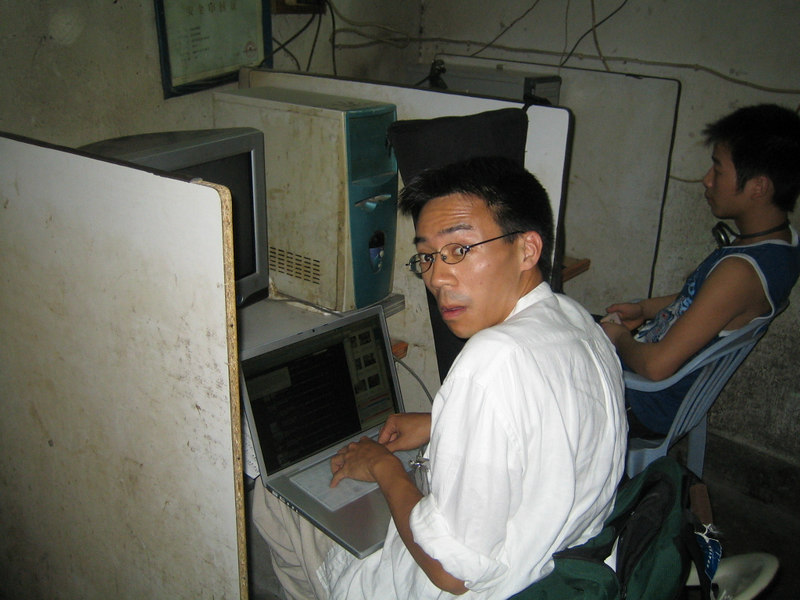 2006 08 01 Tue - Ben Yu in an internet cafe caught with a Mac