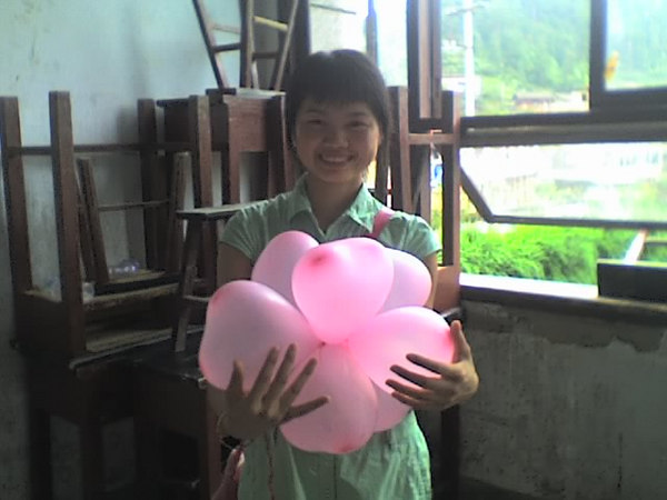 2006 08 08 Tue - Last class hangout - Lois & balloon bouquet
