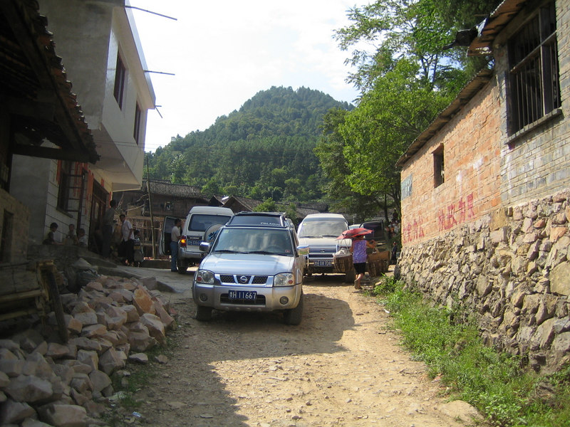 2006 07 30 Sun - Miao village - SUV fleet @ village entrance