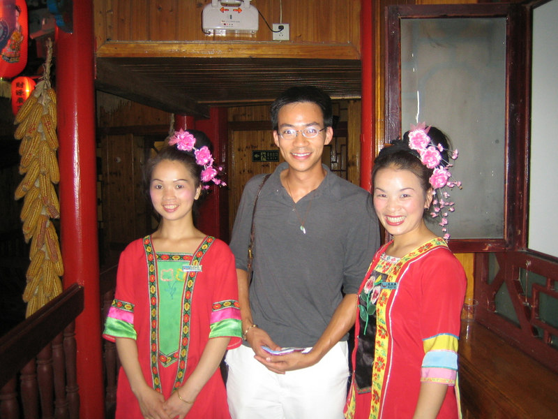 2006 07 29 Sat - Ben Yu & waitresses @ restaurant in Kaili