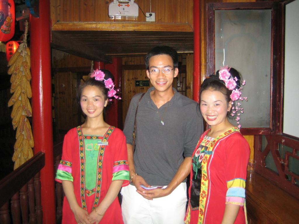 2006 07 29 Sat - Ben Yu & waitresses @ restaurant in Kaili