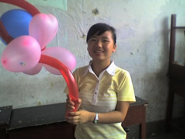 2006 08 08 Tue - Last class hangout - Leslie & balloon bouquet