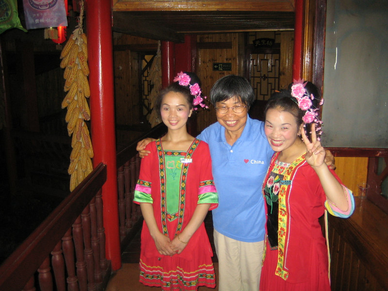 2006 07 29 Sat - Lai-Yee & waitresses @ restaurant in Kaili