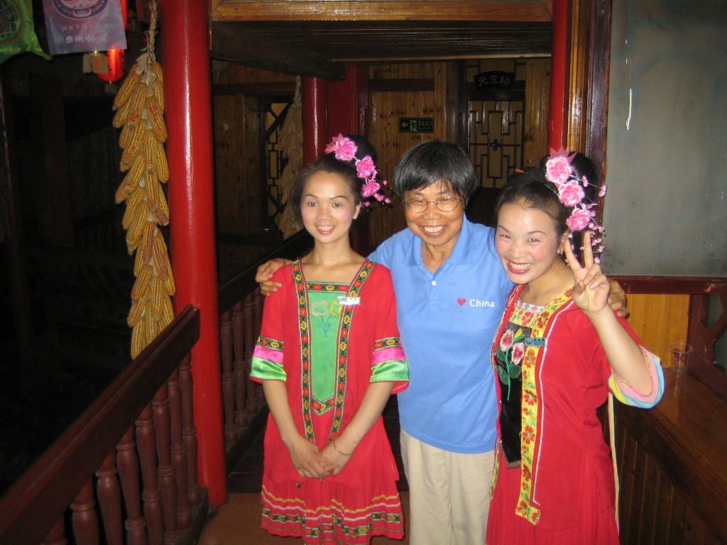 2006 07 29 Sat - Lai-Yee & waitresses @ restaurant in Kaili