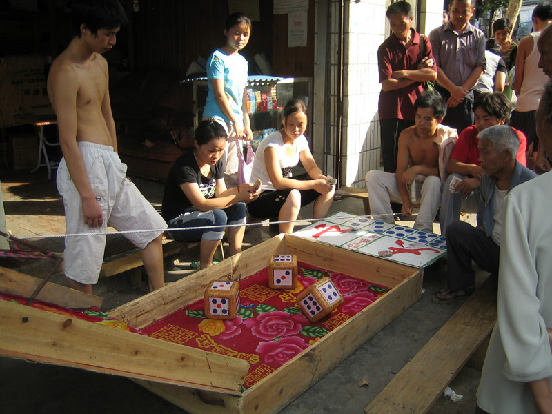 2006 07 30 Sun - Gambling in the streets of Jian He 2