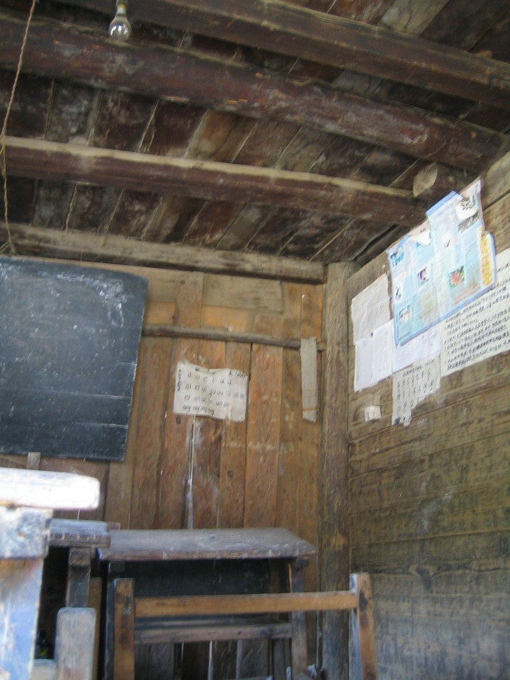 2006 07 30 Sun - Miao village - Old schoolhouse classroom wall posters
