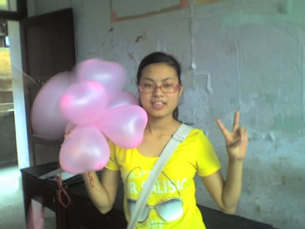 2006 08 08 Tue - Last class hangout - Ashley & balloon bouquet
