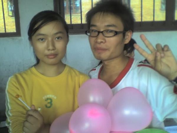 2006 08 08 Tue - Last class hangout - Julie, John, & balloons