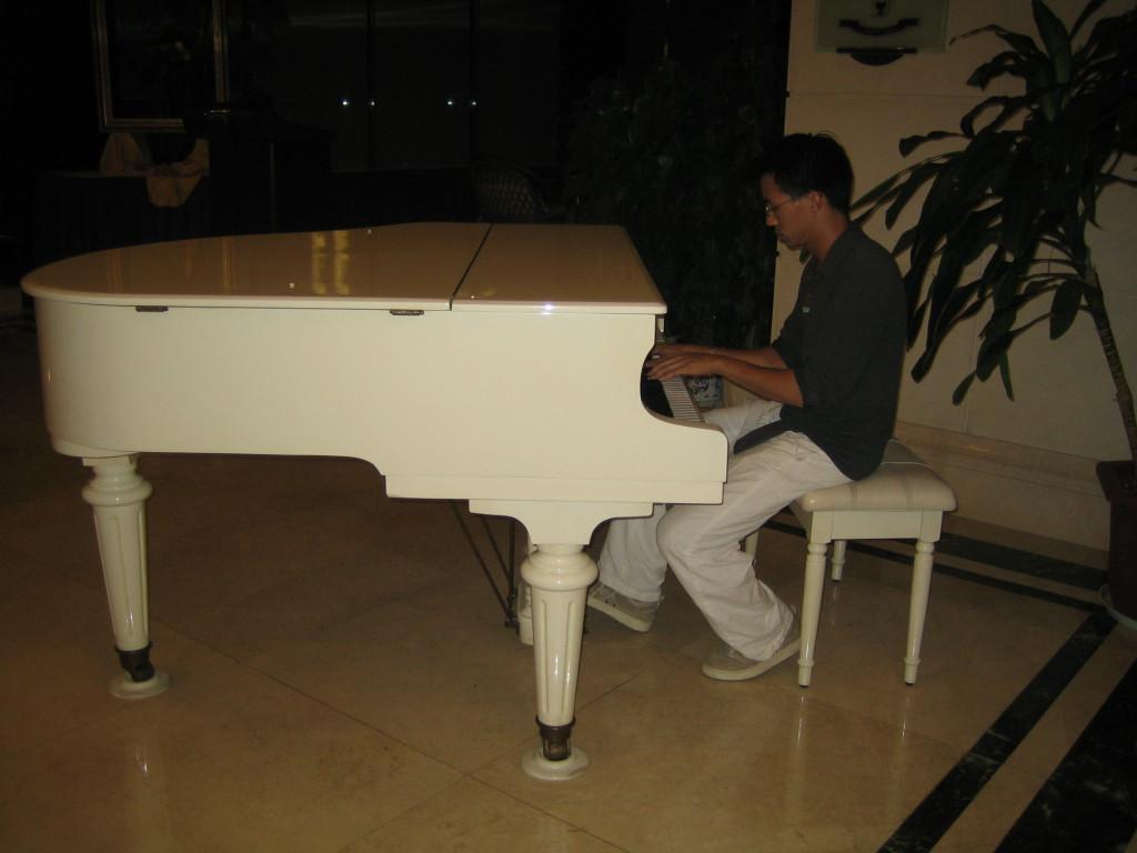 2006 07 29 Sat - Ben Yu on very sad sounding baby grand in Kaili 4-star Hotel