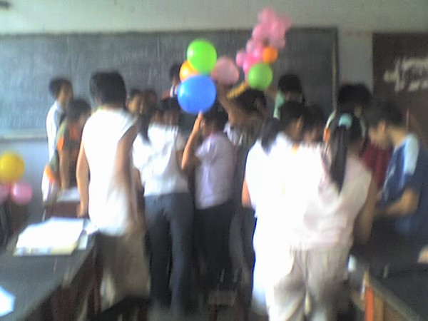 2006 08 08 Tue - Last class hangout - Blurry class congregating
