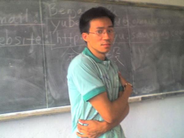 2006 08 08 Tue - Last class hangout - Class 3 gives Ben Yu a signed school shirt