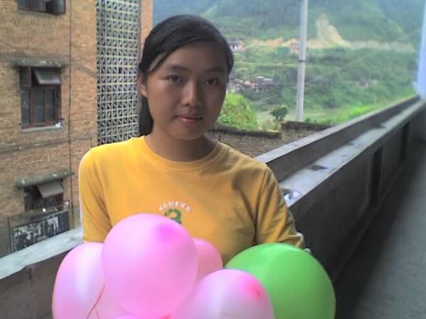 2006 08 08 Tue - Last class hangout - Julie & balloons
