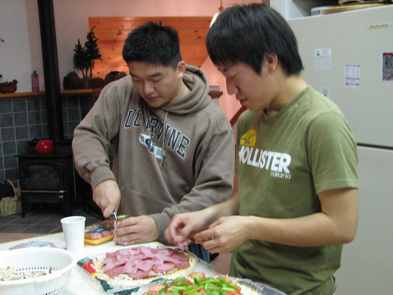 2006 12 21 Thu - Dan Tung & Junghan Kim preparing pizzas