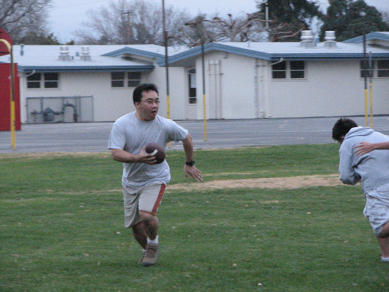 2006 12 31 Sun - Pastor Paul Lee setting up pass 1