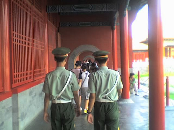 /Users/benyu/Pictures/2006 08 16 Wed - Forbidden City - Walking behind security officers