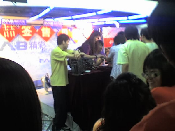 2006 08 15 Tue - David Tao signing 1
