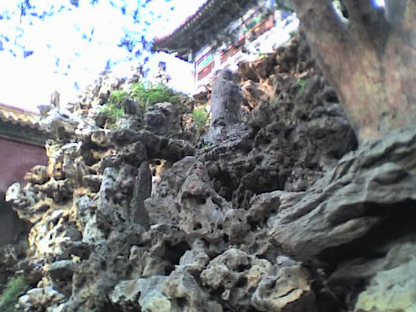 /Users/benyu/Pictures/2006 08 16 Wed - Emperial Garden - Porous rock cliffs against the garden walls 1