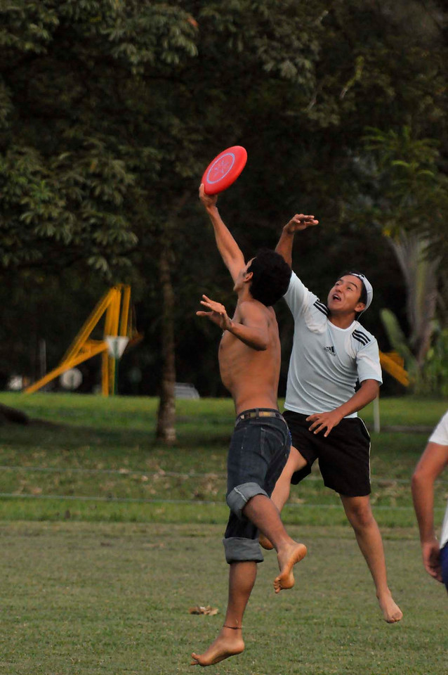 042409Ultimate Frisbee @ EARTH140
